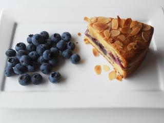 Amandelcake met blauwe bessen